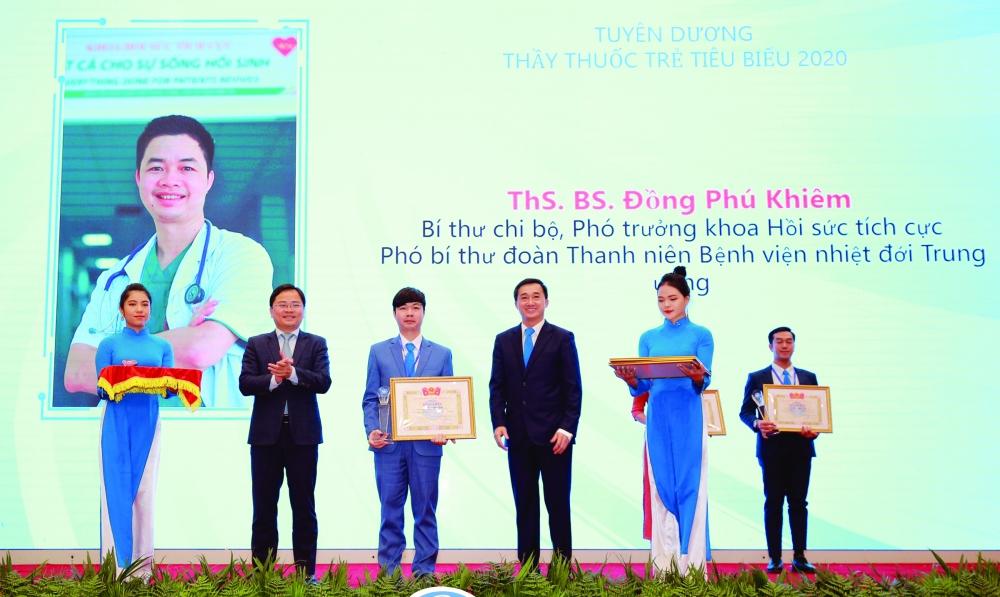 Thạc sĩ, bác sĩ Đồng Phú Khiêm (Phó Trưởng khoa Hồi sức tích cực) nhận giải thưởng Thầy thuốc trẻ Việt Nam tiêu biểu năm 2020