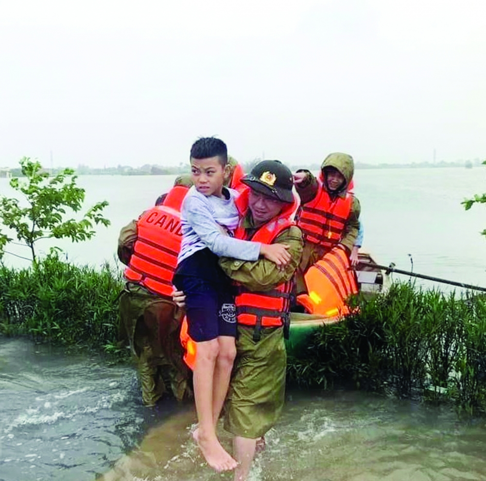 Bức ảnh gây xúc động mạnh về tình quân dân trong bão lũ