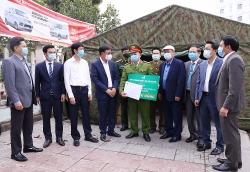 Hiệp hội Doanh nghiệp tỉnh Thái Nguyên tặng quà các chốt kiểm soát dịch Covid - 19