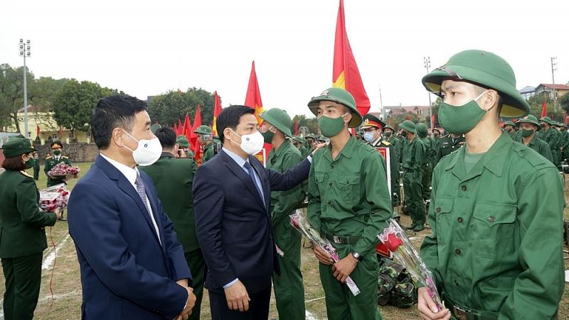 Bí thư Tỉnh uỷ Bắc Giang ân cần động viên tân binh lên đường nhập ngũ