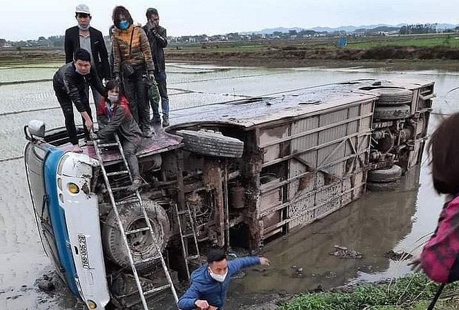 """Bắc Giang: Hàng chục công nhân """"thoát chết"""" khi xe lao xuống ruộng"""