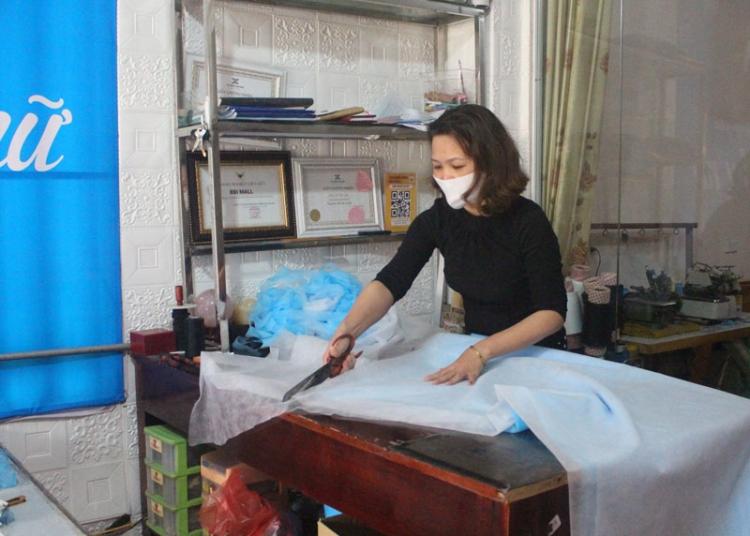 thai nguyen nguoi phu nu may 1500 chiec khau trang phat mien phi