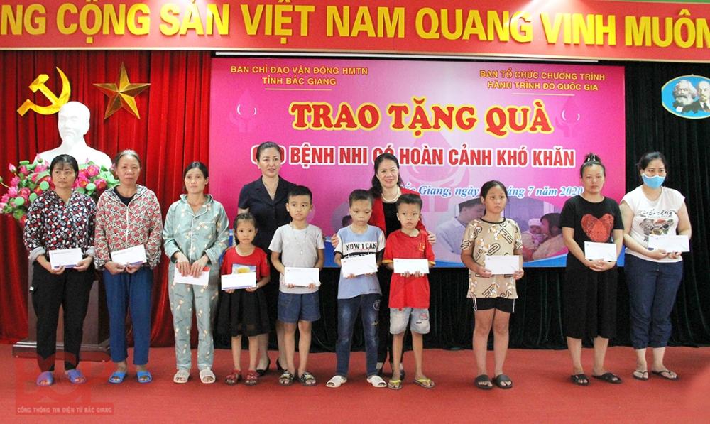 """Bắc Giang: Hơn 600 tình nguyện viên tham gia hiến máu với thông điệp """"Giọt hồng yêu thương"""""""