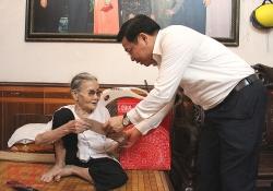 Chủ tịch tỉnh Bắc Giang thăm và tặng quà các gia đình chính sách