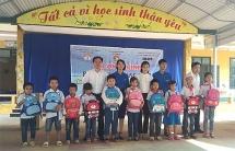 Trao tặng sách bơi tự cứu, tặng máy lọc nước và quà cho học sinh nghèo