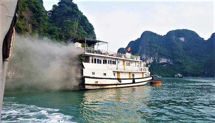 Tàu neo đậu tại Vịnh Hạ Long bất ngờ bốc cháy