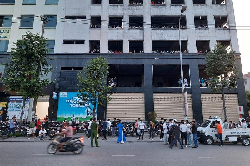 Bắc Giang: Hàng trăm người tụ tập xin việc tại toà nhà Đại Hoàng Sơn