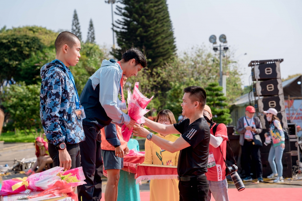 Ông Nguyễn Thành Đạt, Giám Đốc Truyền Thông Herbalife Việt Nam đại diện BTC trao giải và chúc mừng các VĐV đạt giải