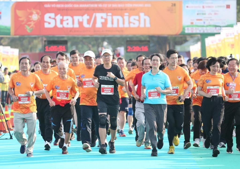 Ông Vũ Văn Thắng, Tổng Giám Đốc Herbalife tại Việt Nam và Campuchia (giữa) cùng các doanh nhân và VĐV tham gia giải Tiền Phong Marathon 2021
