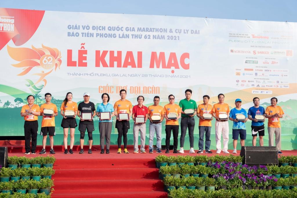Ông Vũ Văn Thắng, Tổng Giám Đốc Herbalife tại Việt Nam và Campuchia (thứ 4 từ trái qua) nhận Kỷ Niệm Chương từ BTC