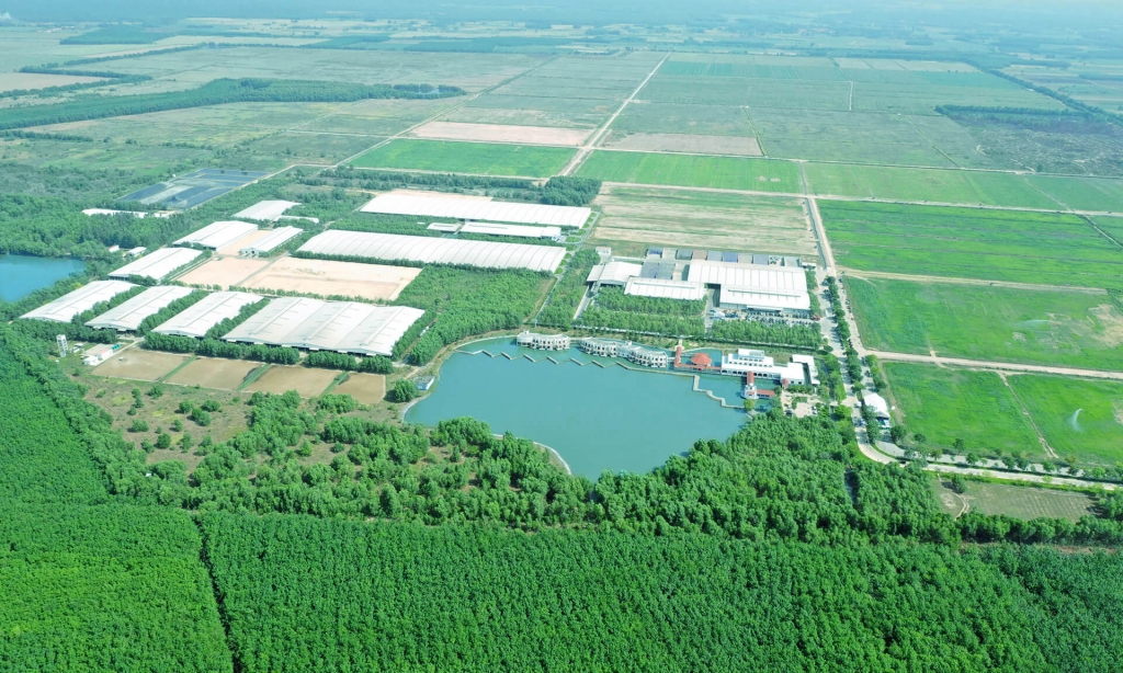 Toàn cảnh Trang trại Sinh thái Vinamilk Green Farm Tây Ninh với 9 hồ nước điều hoà khí hậu, làm mát cho cả khu vực, tạo ra không gian mát mẻ ngay cả trong mùa nắng nóng cao điểm