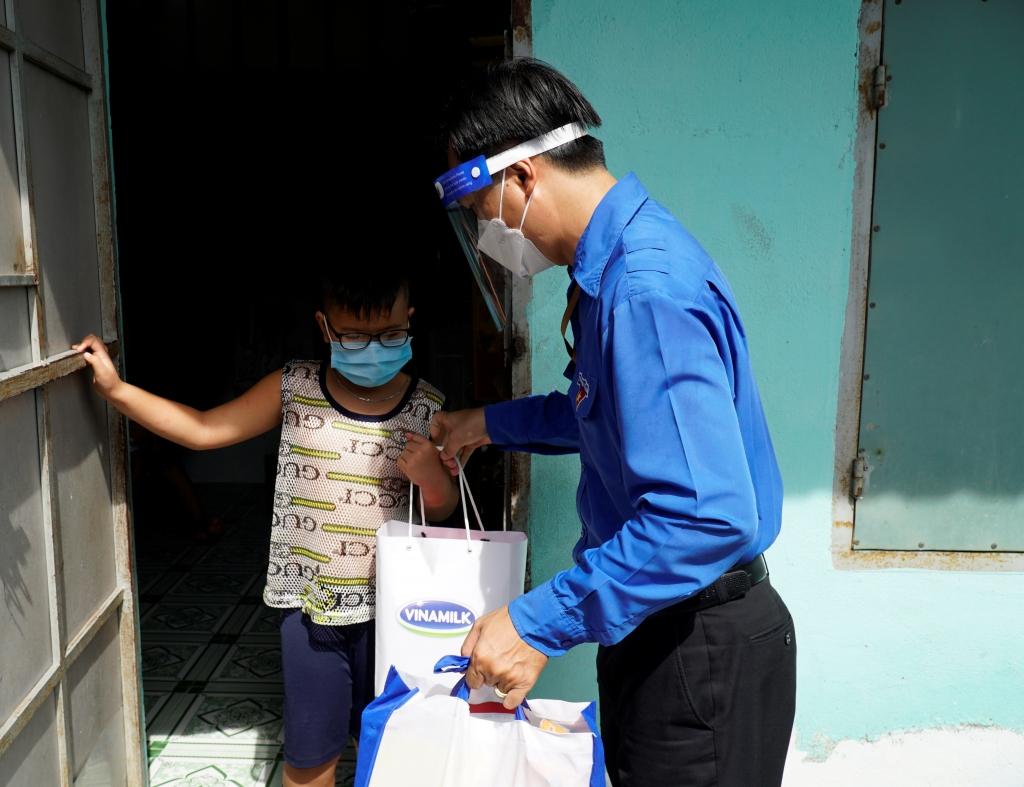 Những món quà thiết thực đã được Thành đoàn Tp.HCM và Vinamilk gửi đến bà con tại Quận Bình Tân trong những ngày giữa tháng 8