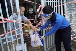 Vinamilk tặng 45.000 phần quà cho người dân khó khăn tại TP HCM, Bình Dương, Đồng Nai