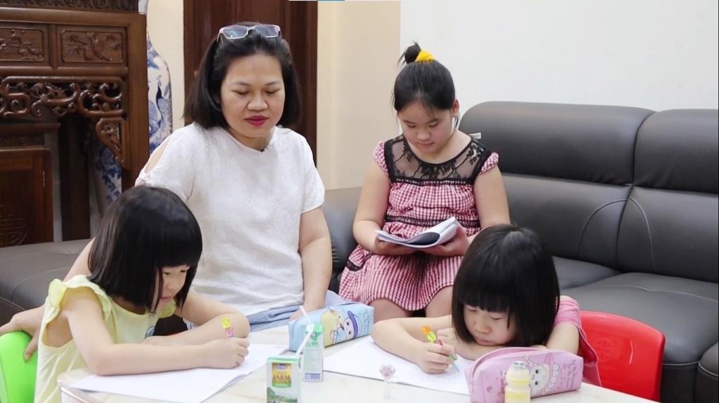 Đối với các gia đình có nhiều con nhỏ như gia đình chị Dung thì thì chi phí mua sữa cho các con hàng tháng chiếm phần đáng kể trong chi tiêu hàng ngày