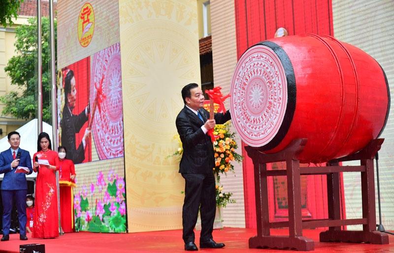 Chủ tịch UBND thành phố Chu Ngọc Anh đánh hồi trống khai giảng năm học 2021-2022.