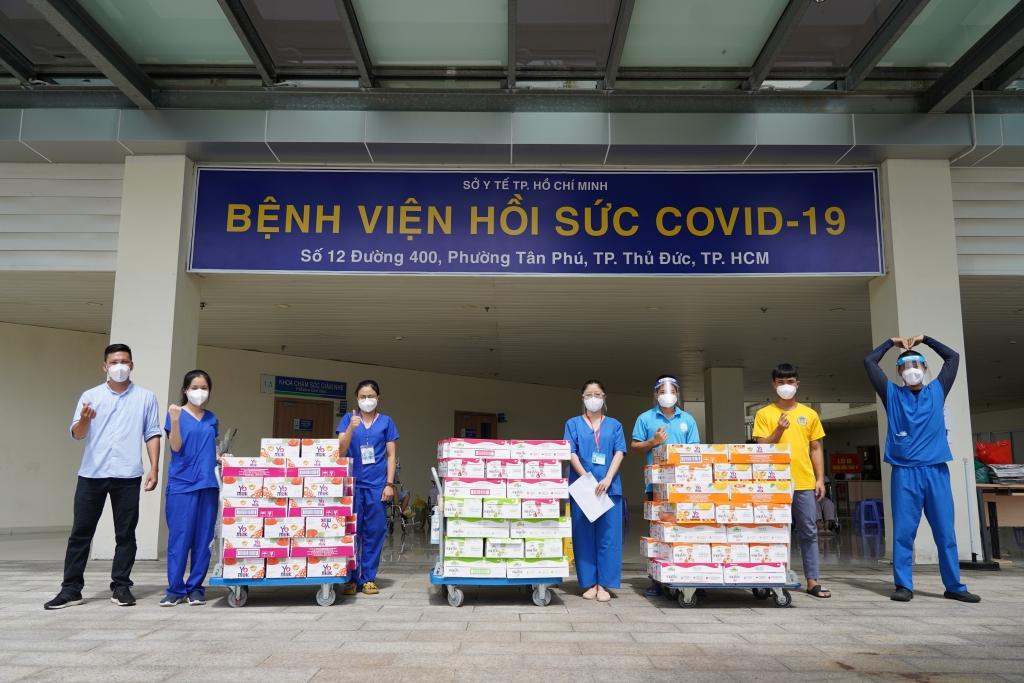 Các nhân viên y tế tại Bệnh viện Hồi sức Covid-19 TP. Thủ Đức tiếp nhận các sản phẩm dinh dưỡng hỗ trợ từ Vinamilk