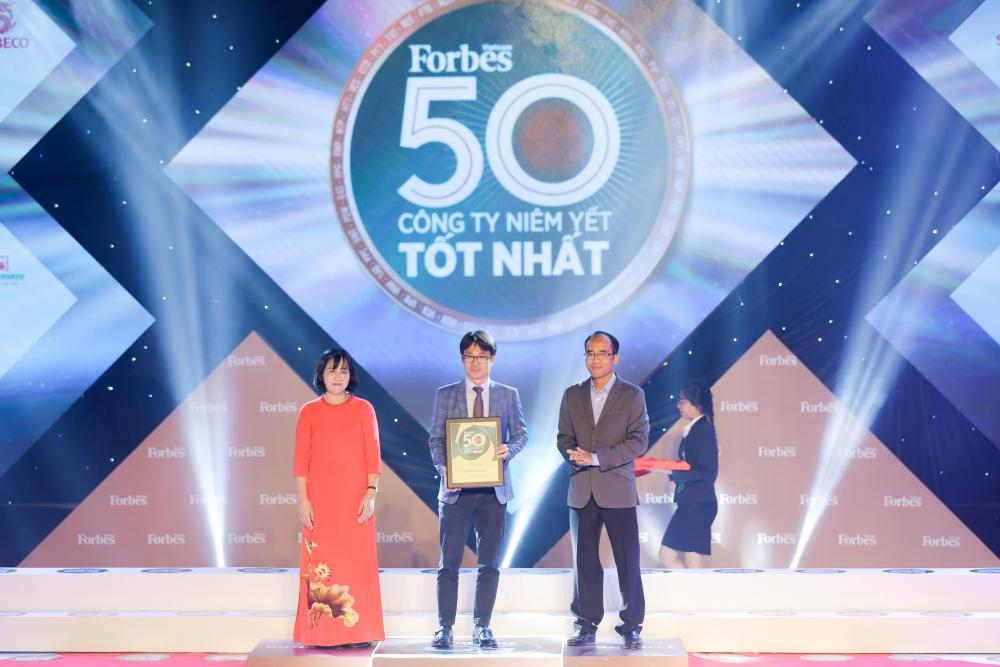 Ông Phan Minh Tiên – Giám đốc Điều hành Marketing của Vinamilk nhận giải thưởng Top 50 Công ty niêm yết xuất sắc năm 2020 do Forbes Việt Nam trao tặng