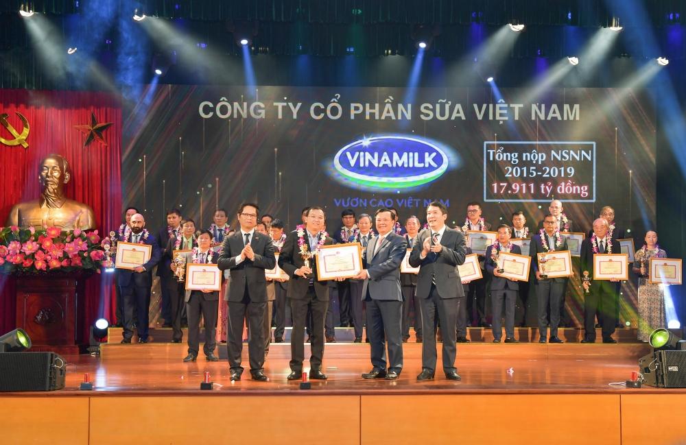 Ông Lê Thành Liêm – Giám đốc điều hành Tài chính của Vinamilk nhận bảng vinh danh là doanh nghiệp nộp thuế tiêu biểu trong quá trình 30 năm đồng hành và phát triển cùng ngành thuế đất nước