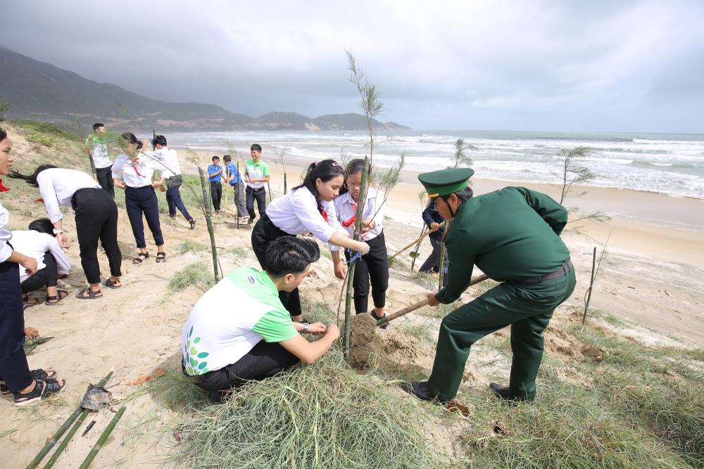 Các học sinh, đoàn viên thanh niên, chiến sĩ bộ đội cùng tham gia trồng cây trong chương trình Quỹ trao tặng 110.000 cây xanh tại tỉnh Bình Định