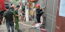 Hà Nội: Cứu 9 người dân thoát khỏi đám cháy trên phố Lạc Trung