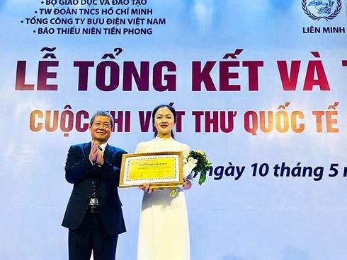 Trao giải nhất viết thư quốc tế UPU lần thứ 48 cho nữ sinh Hải Dương