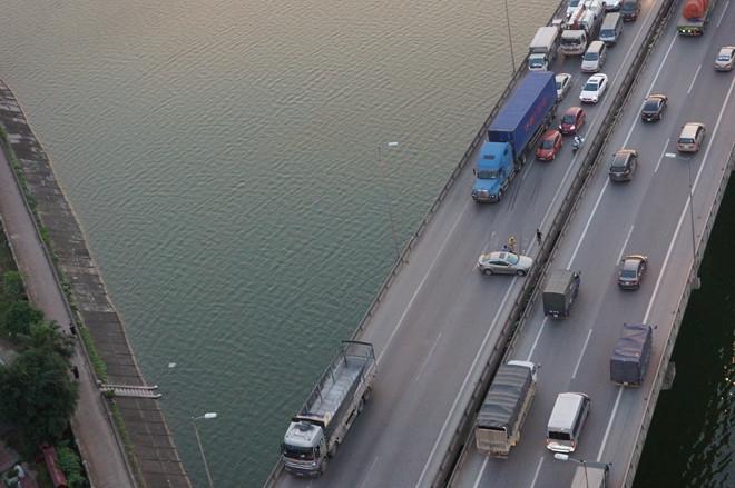 Hà Nội: Va chạm giữa 2 ô tô, đường vành đai 3 trên cao ùn tắc nghiêm trọng
