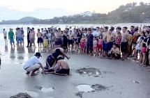 5 học sinh rủ nhau đi tắm biển, 2 em đuối nước tử vong