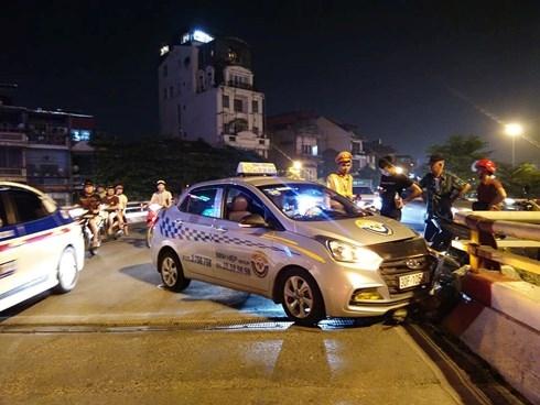 Hà Nội: Tài xế ngủ gật tông vỡ thành cầu Chương Dương