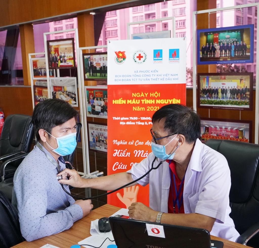 Các tình nguyện viên hiến máu đều được bác sỹ tư vấn sức khỏe