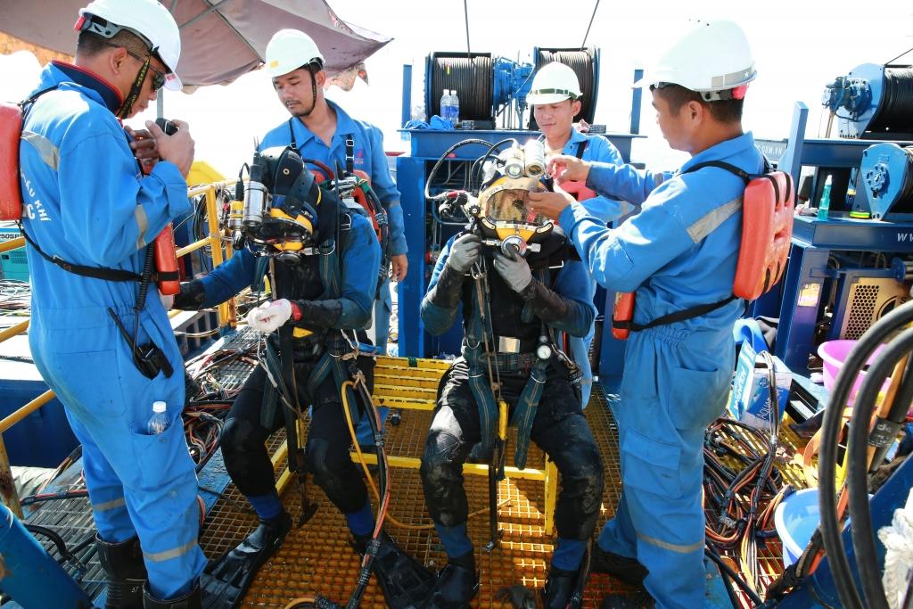 Thợ lặn chuẩn bị đồ nghề hiện đại, an toàn thực hiện bảo dưỡng phao SPM