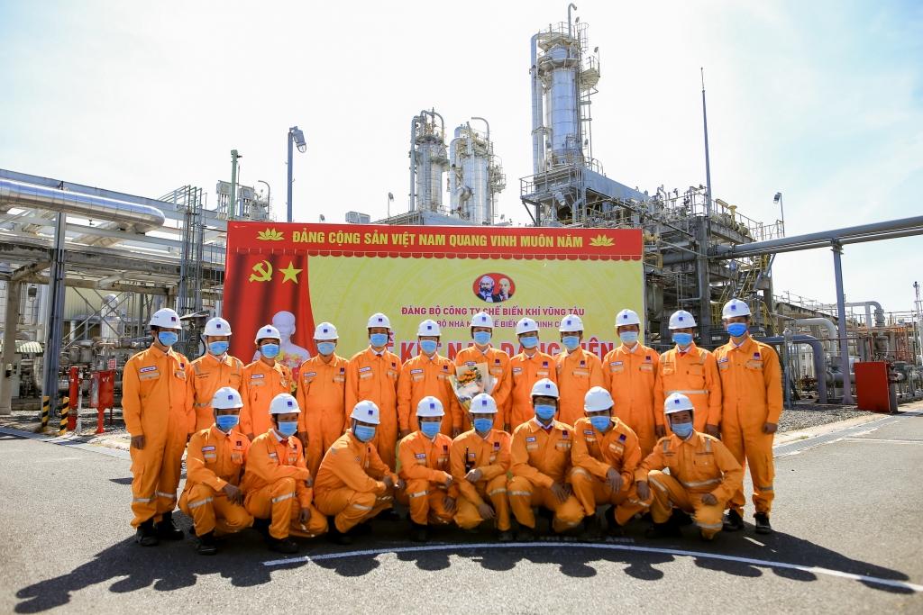 Lễ kết nạp được tổ chức ngay tại Nhà máy Chế biến khí Dinh Cố