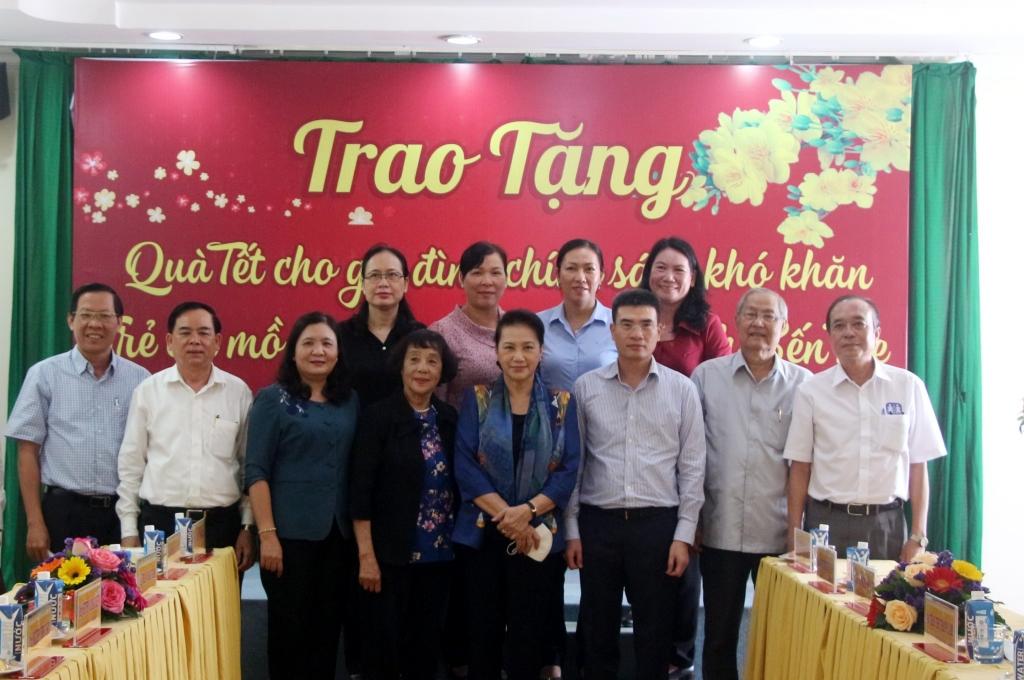 Đoàn Công tác của Chủ tịch Quốc Hội Nguyễn Thị Kim Ngân chụp với lãnh đạo tỉnh Bến Tre.