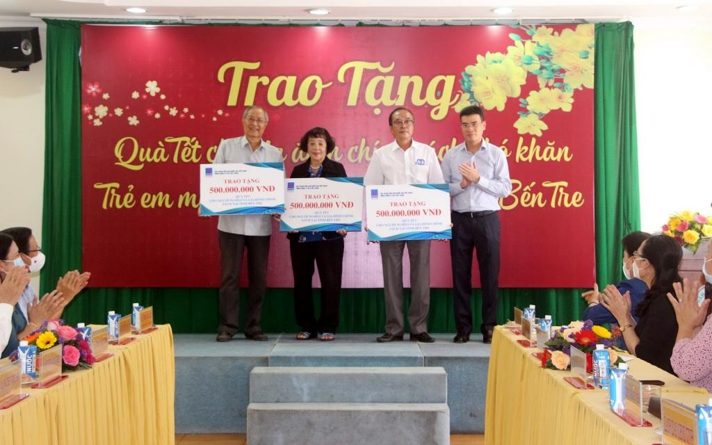 Bì thư Đảng ủy- Tổng giám đốc Dương Mạnh Sơn tặng quà cho các gia đình chính sách khó khăn, trẻ em mồ côi, người khuyết tật tại tỉnh Bến Tre.