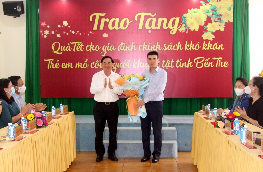 Lãnh đạo tỉnh Bến Tre tặng hoa cho Bì thư Đảng ủy- Tổng giám đốc Dương Mạnh Sơn