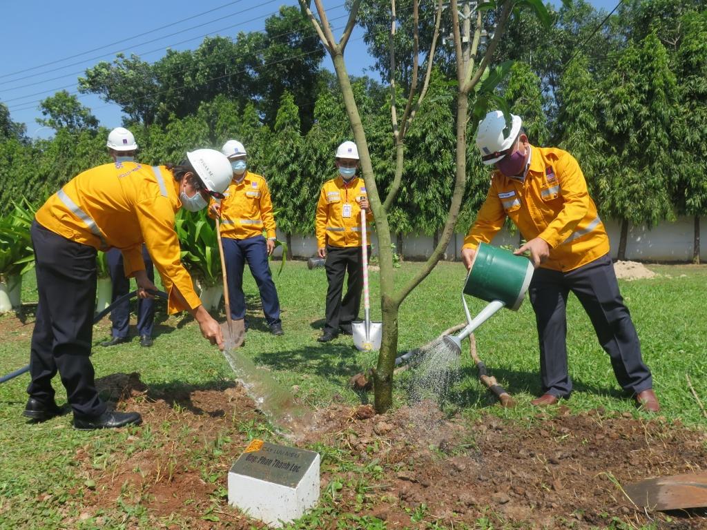 Thực hiện trồng 20 cây xanh đầu tiên của Chương trình tại Trung tâm Phân phối Khí Phú Mỹ