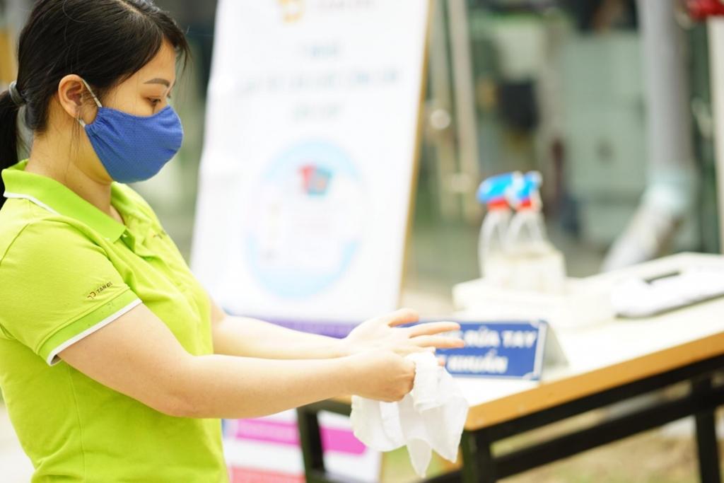 Người lao động sát khuẩn tay trước khi làm thủ tục