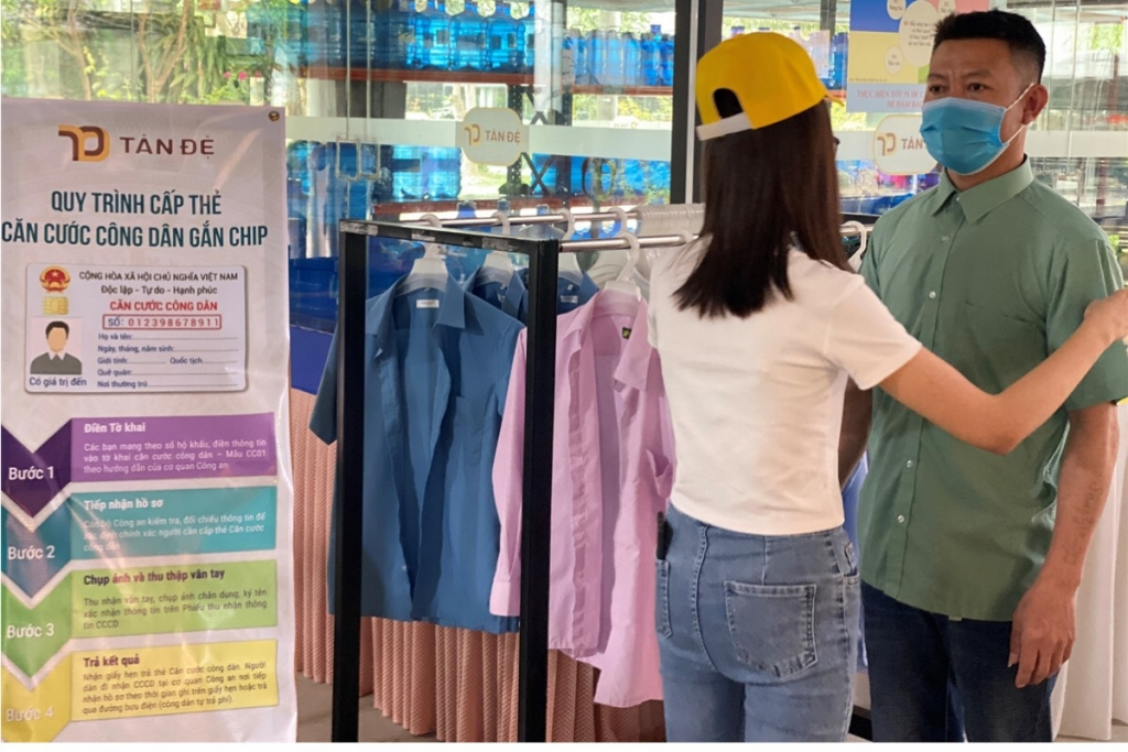 Hỗ trợ người lao động chuẩn bị trang phục trước khi chụp ảnh