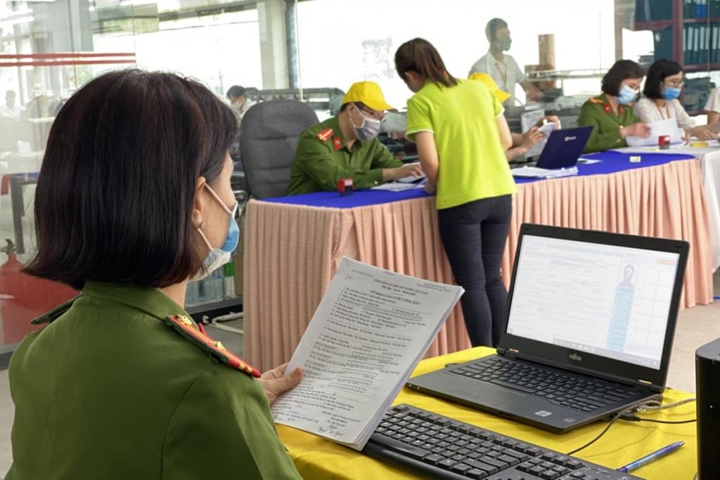 Nữ công an kiểm tra thông tin trên hệ thống
