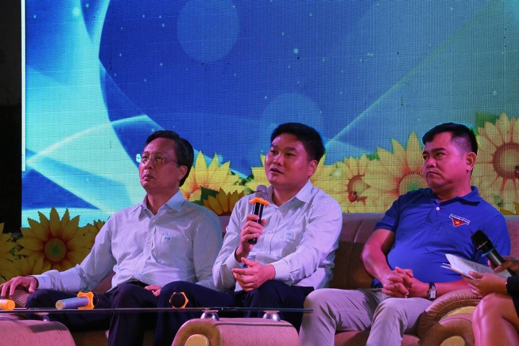 Anh Trần Đoàn Thịnh - Phó Tổng Giám đốc Công ty cổ phần Lọc hóa dầu Bình Sơn 6, Đoàn viên đặt câu hỏi cho các vị khách mời