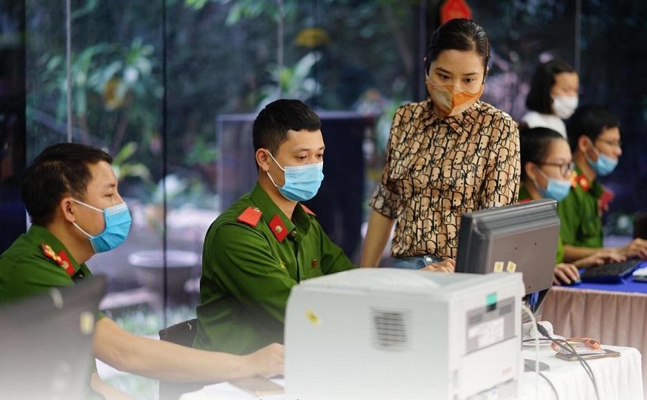Cán bộ chiến sĩ công an tỉnh Thái Bình hướng dẫn tận tình người lao đông
