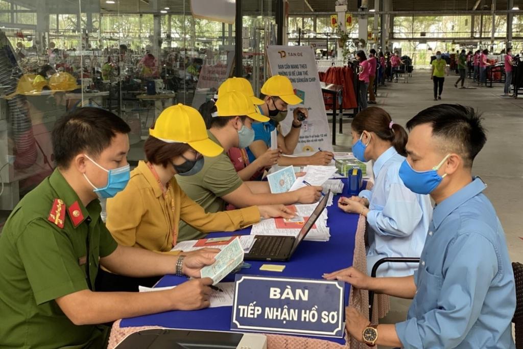 Gần 100% người lao động Tân Đệ hoàn thành thủ tục cấp thẻ căn cước gắn chip