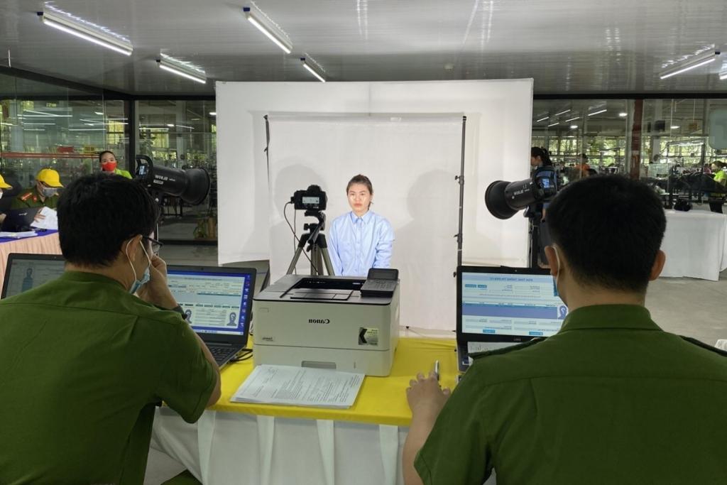 Người lao động chụp ảnh làm thẻ CCCD gắn chip