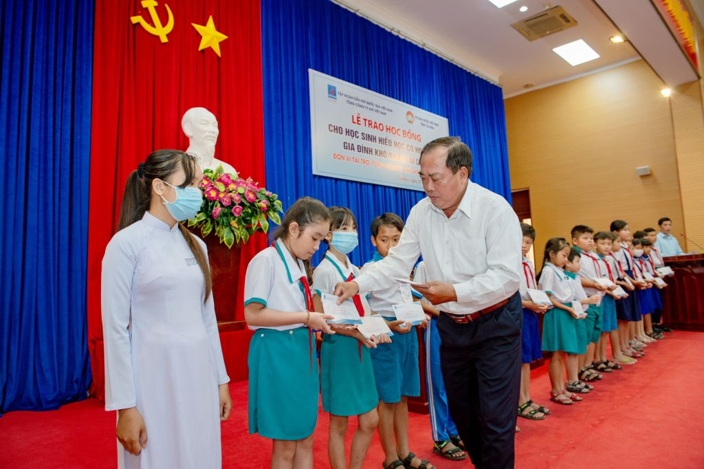 Đại diện lãnh đạo UBMTTQ tỉnh Cà Mau trao học bổng cho các em