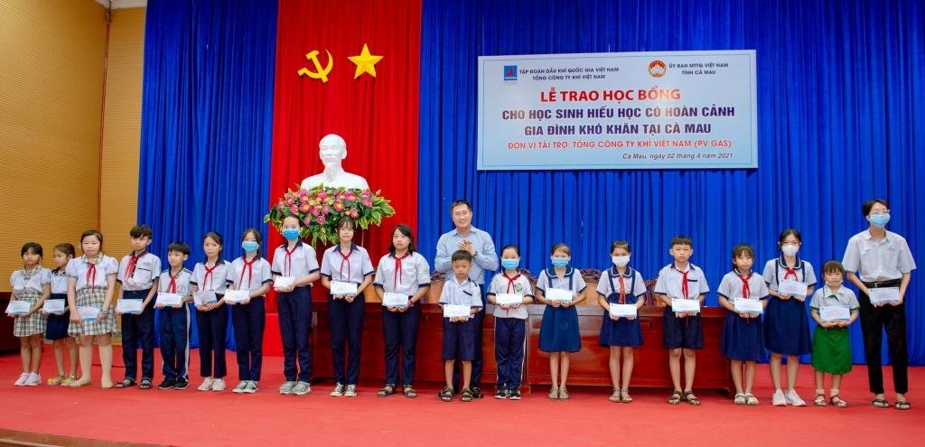 Đại diện lãnh đạo PV GAS tặng học bổng cho các em
