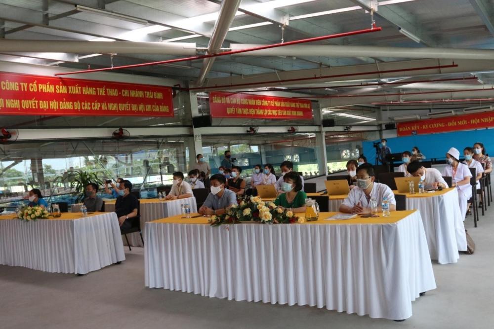 Ông Lê Tuấn Thiên, Bí thư Đảng ủy Công ty Tân Đệ (thứ 3 từ phải sang) cùng các đại biểu, cán bộ y tế tự buổi tập huấn ngồi giãn cách, đảm bảo yêu cầu phòng dịch Covid-19