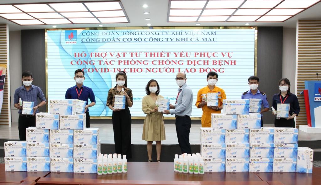 Công đoàn Công ty Khí Cà Mau trao món quà hỗ trợ của Công đoàn DKVN