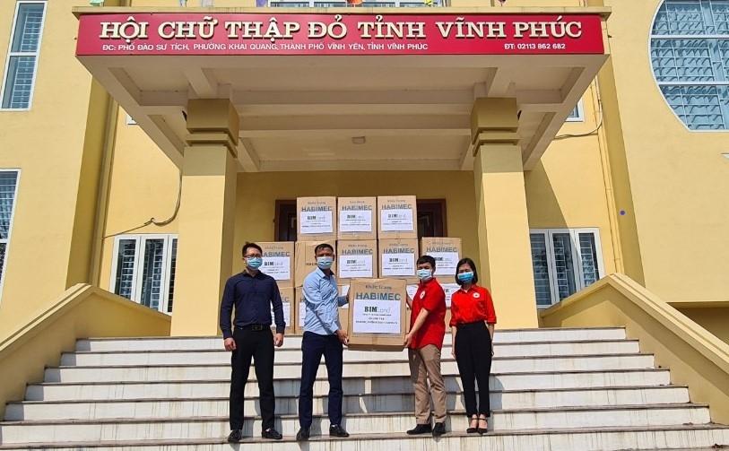 Đại diện BIM Land (thành viên Tập đoàn BIM Group) trao 1 triệu chiếc khẩu trang cho Hội Chữ thập đỏ tỉnh Vĩnh Phúc