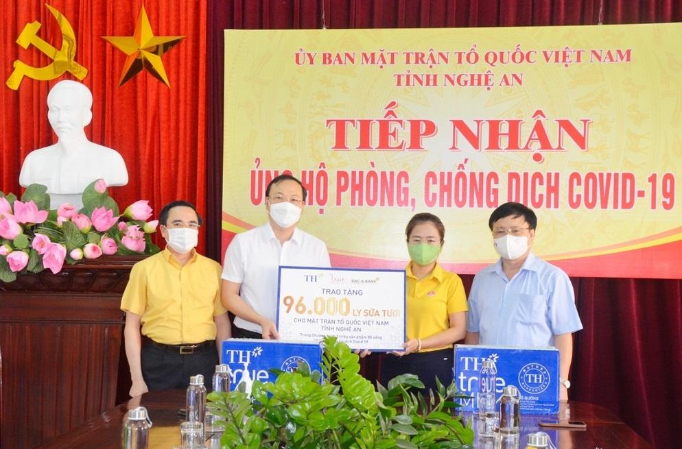 Tập đoàn TH đã trực tiếp trao 96 nghìn ly sữa tươi phục vụ công tác phòng chống dịch Covid-19 của tỉnh Nghệ An
