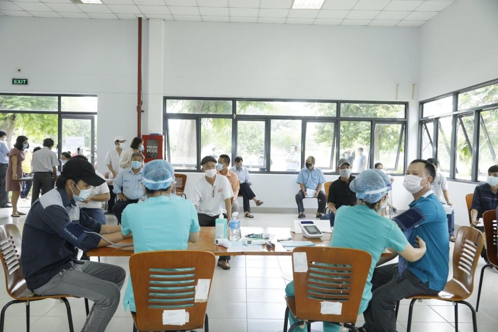 Khu vực tiêm chủng được Nhà Máy Bia Saigon Củ Chi bố trí theo tiêu chuẩn giãn cách qui định