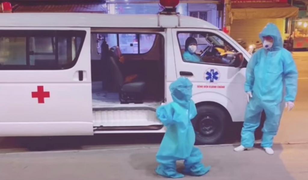 Hình ảnh cô bé 5 tuổi ngoan ngoãn theo các cô chú đến điều trị Covid-19 tại Bệnh viện Trưng Vương đang được chia sẻ những ngày gần đây – Nguồn: Từ Video clip HCDC